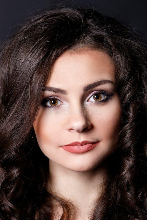 Красивая девушка, брюнет, классическая студия стоковые фотографии rf