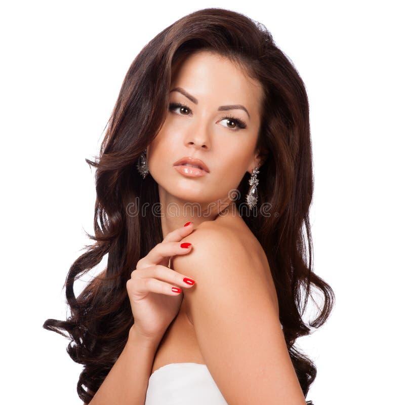 Красивая девушка брюнет с здоровыми длинными волосами стоковая фотография