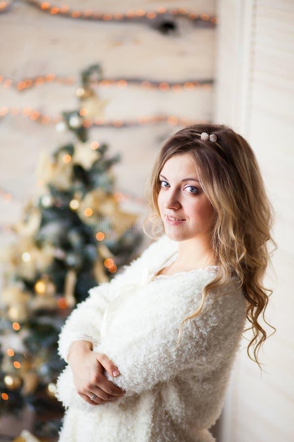 Девушка в красивом платье у дерева