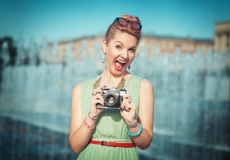 Красивая девушка в винтажной одежде с ретро камерой стоковое изображение rf