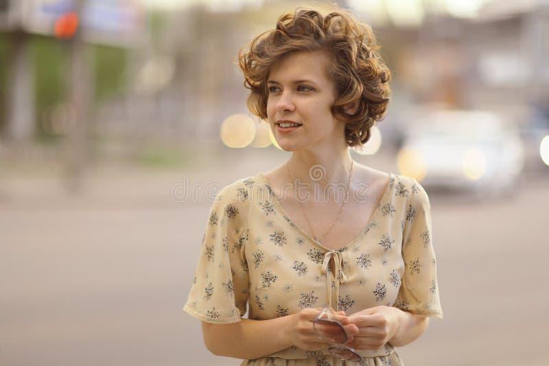 Красивая девушка в городе evenign стоковые фотографии rf
