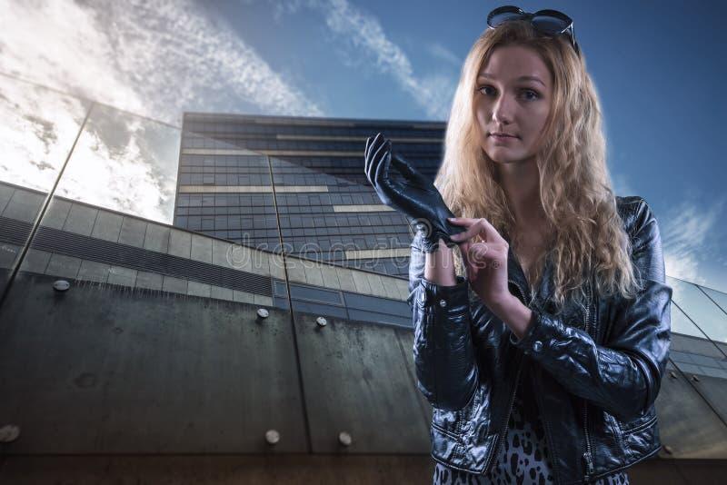 Красивая девушка в кожаных перчатках стоковые фотографии rf