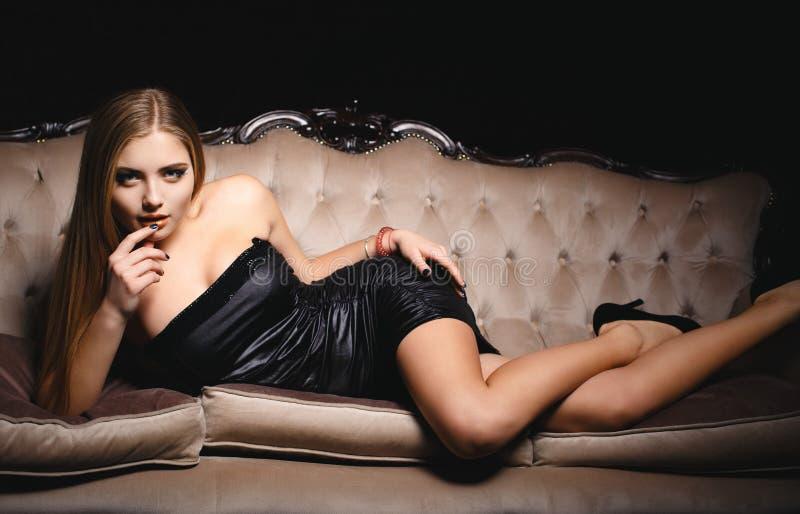 Красивая девушка в коротком сексуальном платье стоковые изображения