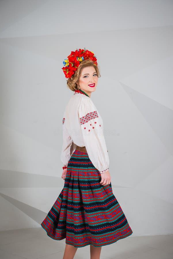 Красивая девушка в национальном украинском костюме Захваченный в студии Вышивка и куртка венок Circlet цветков губы красные стоковые изображения