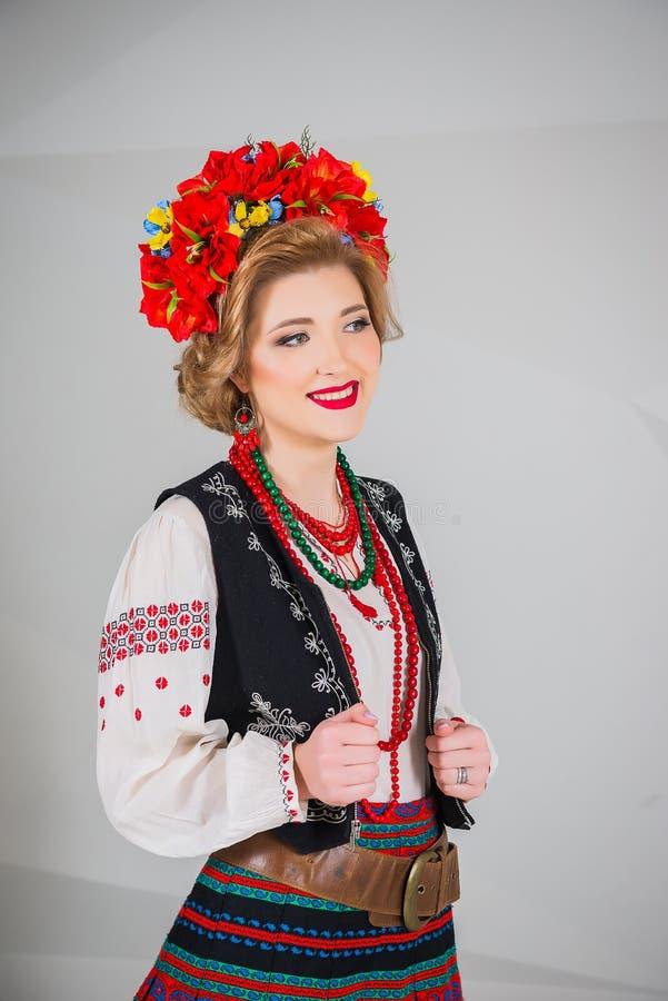 Красивая девушка в национальном украинском костюме Захваченный в студии Вышивка и куртка венок Circlet цветков губы красные стоковые фотографии rf