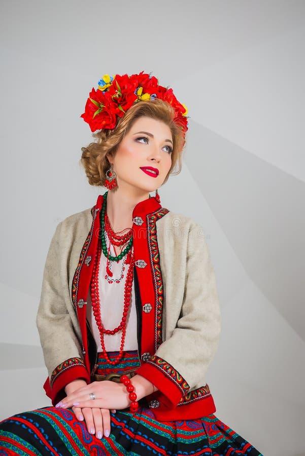 Красивая девушка в национальном украинском костюме Захваченный в студии Вышивка и куртка венок Circlet цветков губы красные стоковое изображение rf