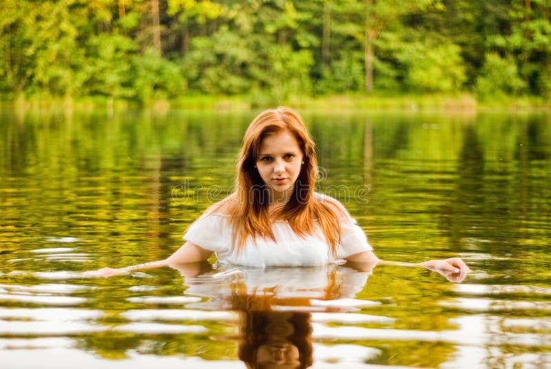 Красивая девушка в озере стоковое изображение