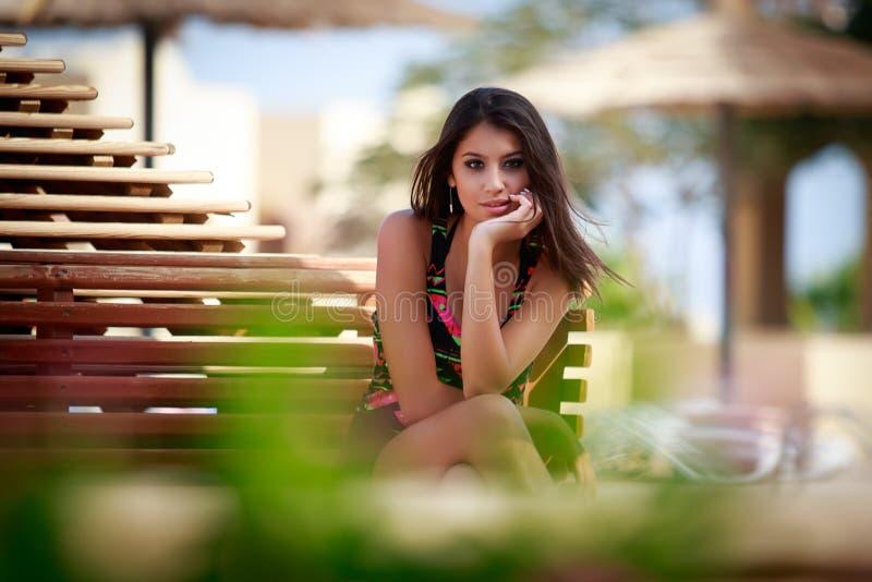 Красивая девушка в парке, портрете фотомодели outdoors стоковые фотографии rf