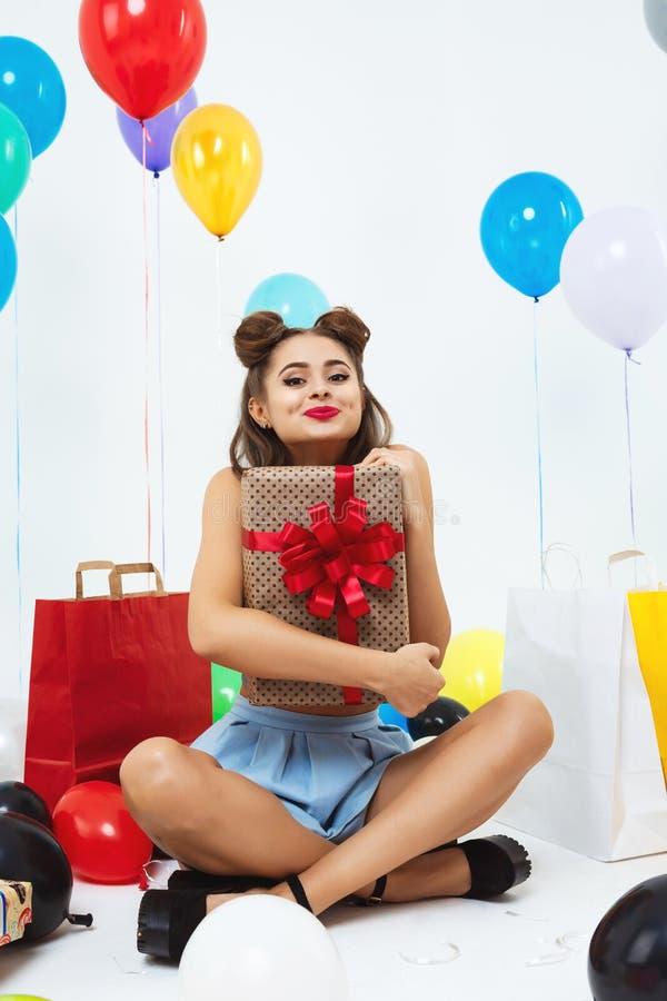 Красивая девушка в поцелуе одежды штыря-вверх развевая смотря прямо стоковые изображения