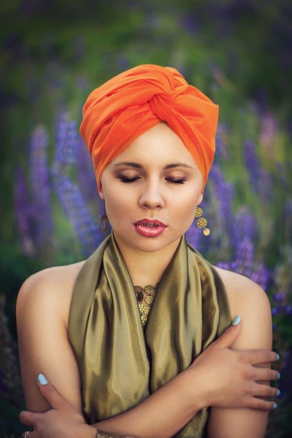 Красивая девушка в поле lupine стоковые фото