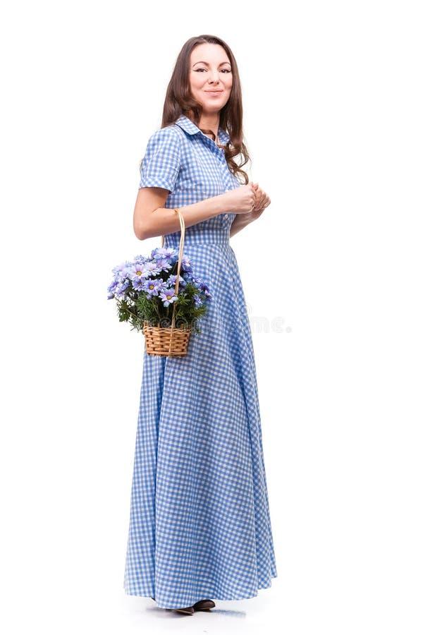 Красивая девушка в платье в голубой клетке с chrysanthe цветков стоковая фотография rf