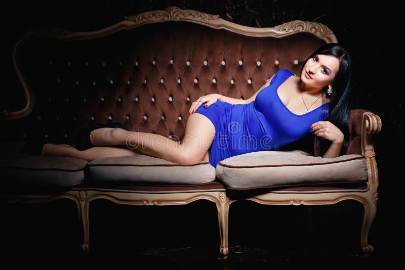 Красивая девушка в сексуальном коротком голубом платье стоковые фотографии rf