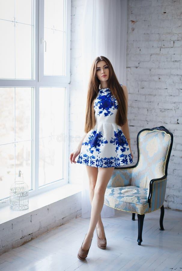 Сексуальние девчонки в коротком платье