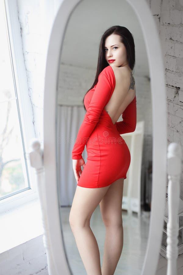 Красивые платья и сексуальные девушки