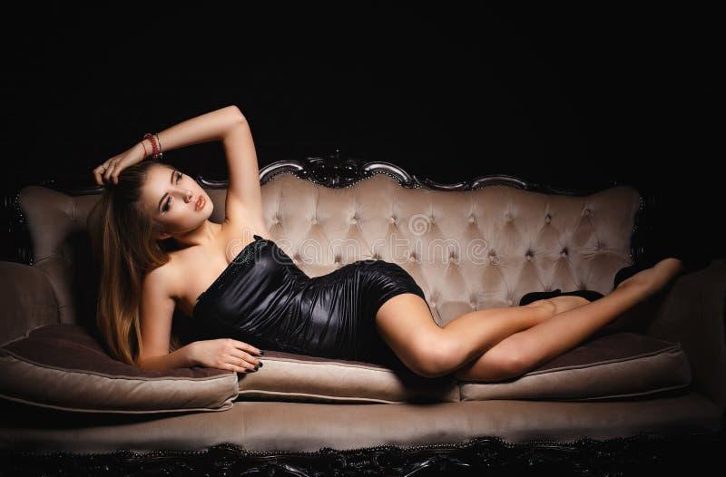 Красивая девушка в сексуальном черном платье стоковое изображение
