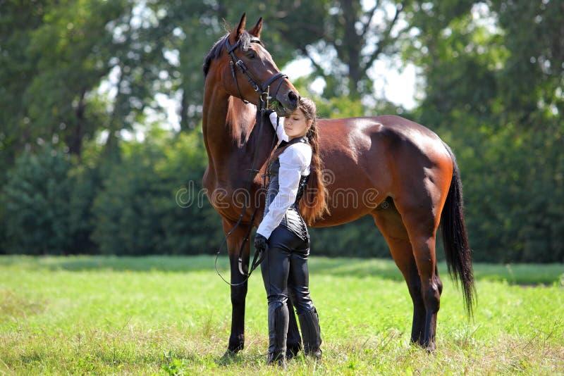 Красивая девушка в средневековом одевает представления с лошадью стоковая фотография rf