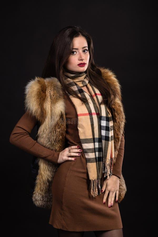 Красивая девушка в стильном изображении на темной предпосылке стоковая фотография rf
