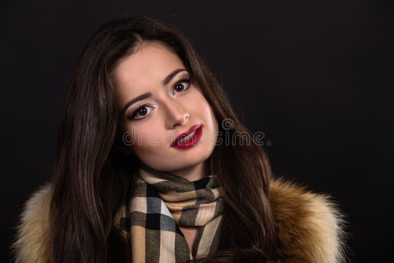 Красивая девушка в стильном изображении на темной предпосылке стоковые изображения