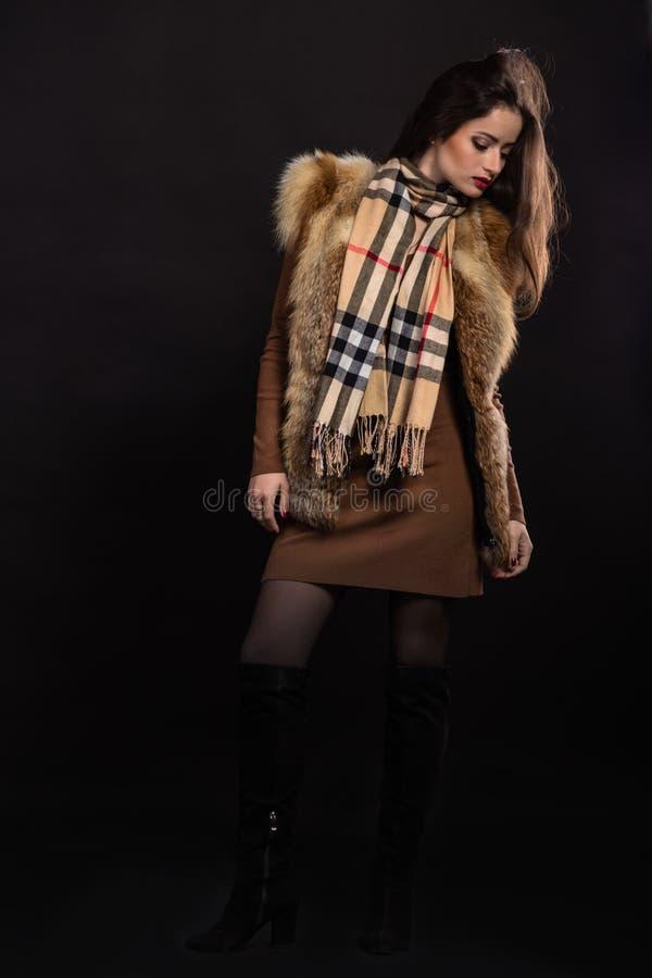Красивая девушка в стильном изображении на темной предпосылке стоковые изображения rf