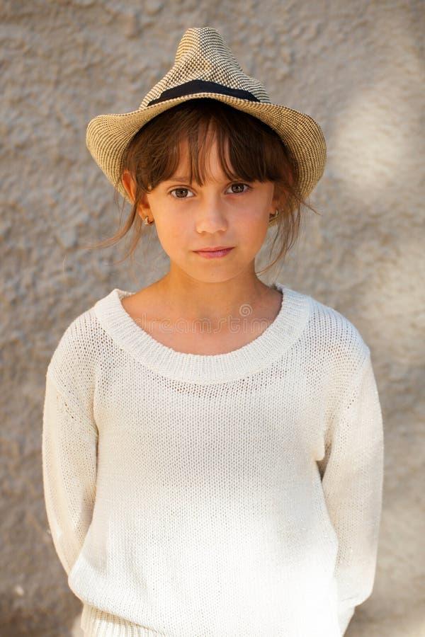 Красивая девушка в стильном свитере стоковое изображение rf