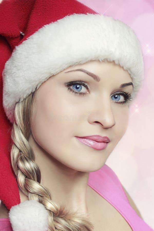 Красивая девушка в ткани Санте стоковые изображения rf