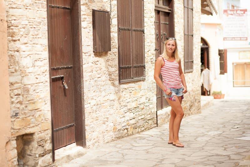 Красивая девушка в узкой улице стоковое фото rf