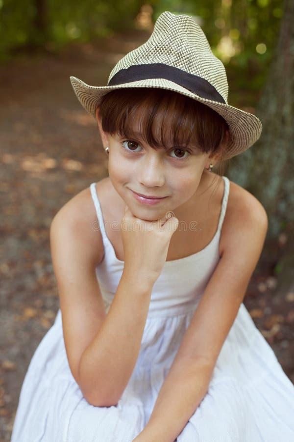 Красивая девушка в шляпе стоковые фото