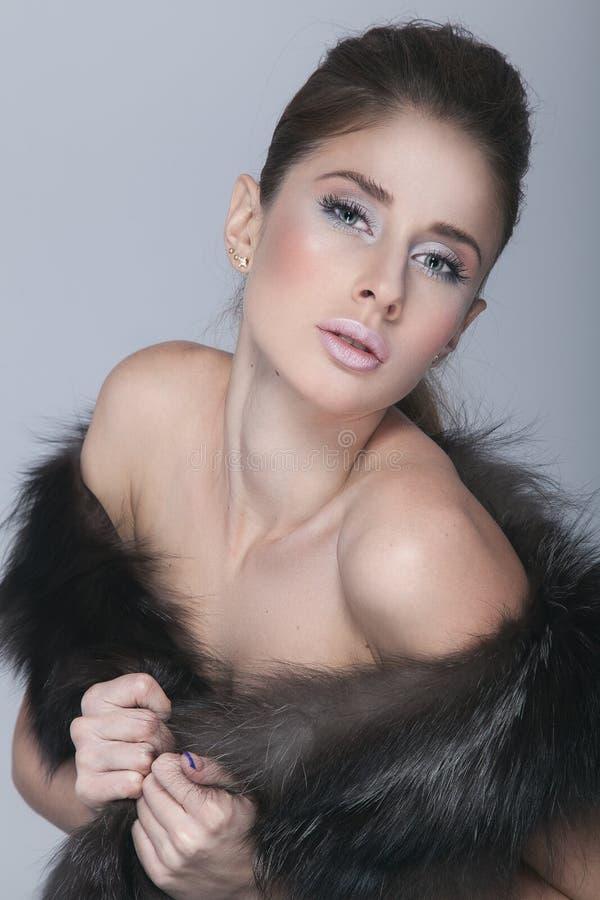 Красивая девушка европейского возникновения представляя в студии стоковые фото
