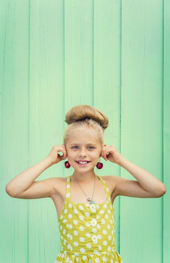 Красивая девушка держа вишни как Rockabilly серег в стиле стоковая фотография