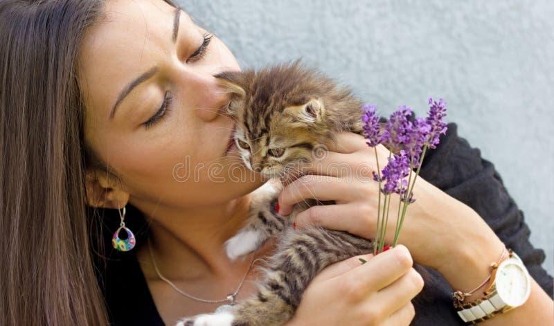 Красивая девушка держа маленького котенка стоковые фотографии rf