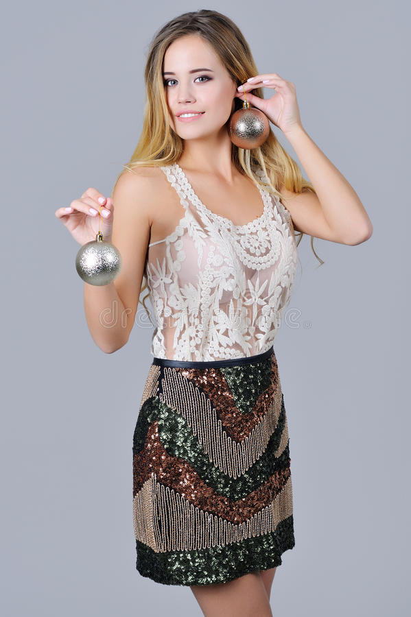 Красивая девушка держа орнаменты рождества стоковое фото