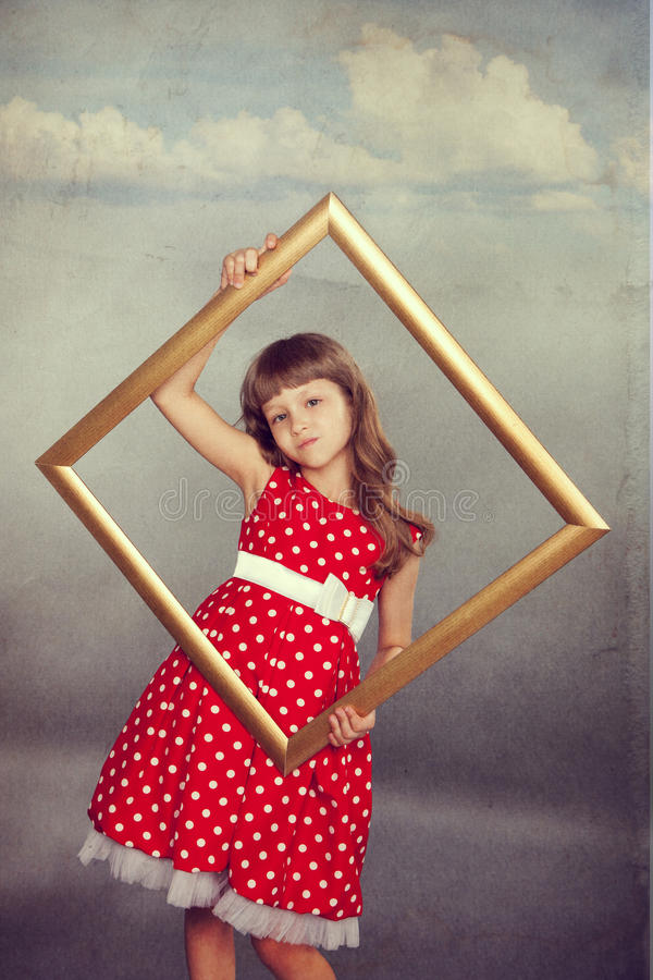Красивая девушка держа пустую рамку стоковое фото rf