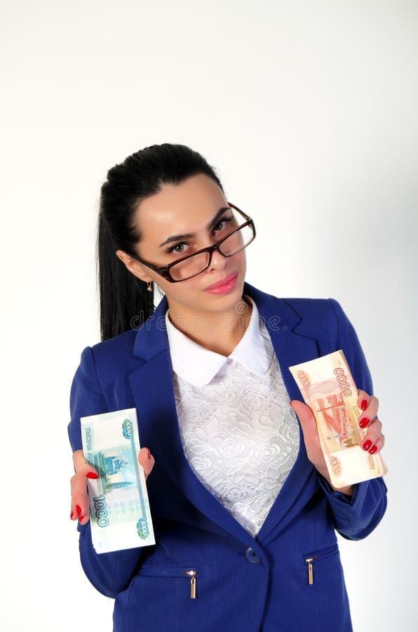 Красивая девушка держит деньги в руках стоковая фотография rf