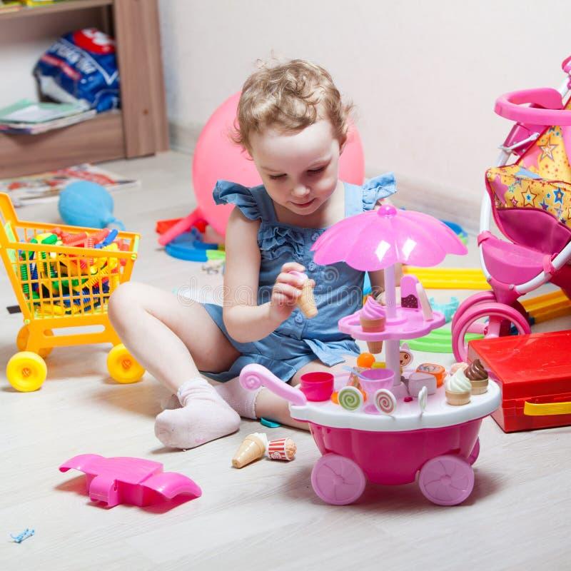 Красивая девушка играет игрушки стоковое изображение rf