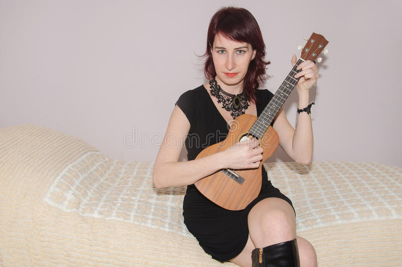 Красивая девушка играя гавайскую гитару стоковые изображения rf