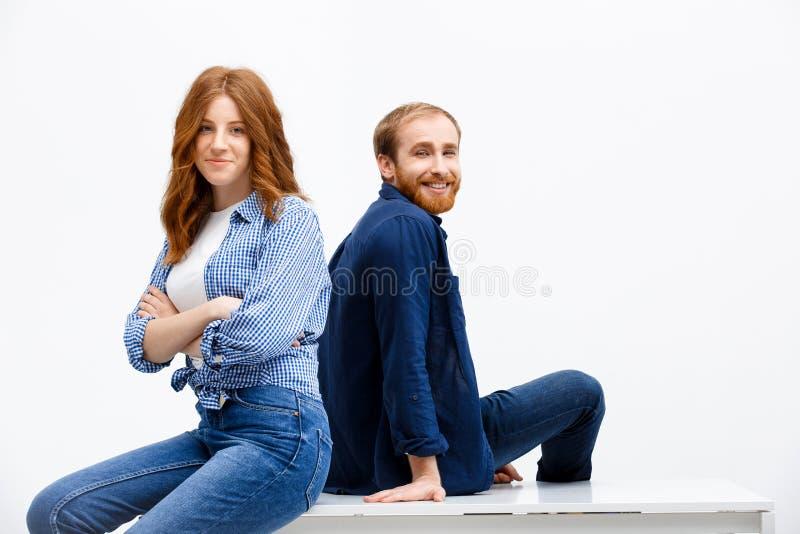 Красивая девушка и мальчик redhead представляя над белой предпосылкой близко стоковое фото