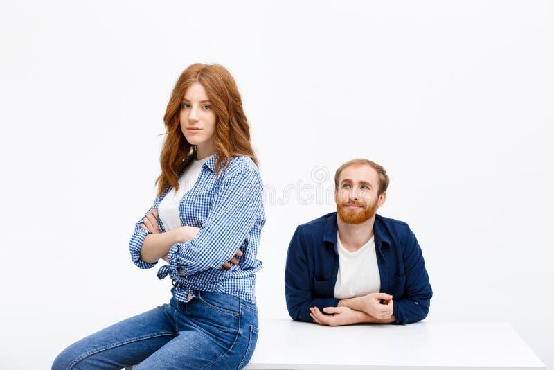 Красивая девушка и мальчик redhead представляя над белой предпосылкой близко стоковое изображение