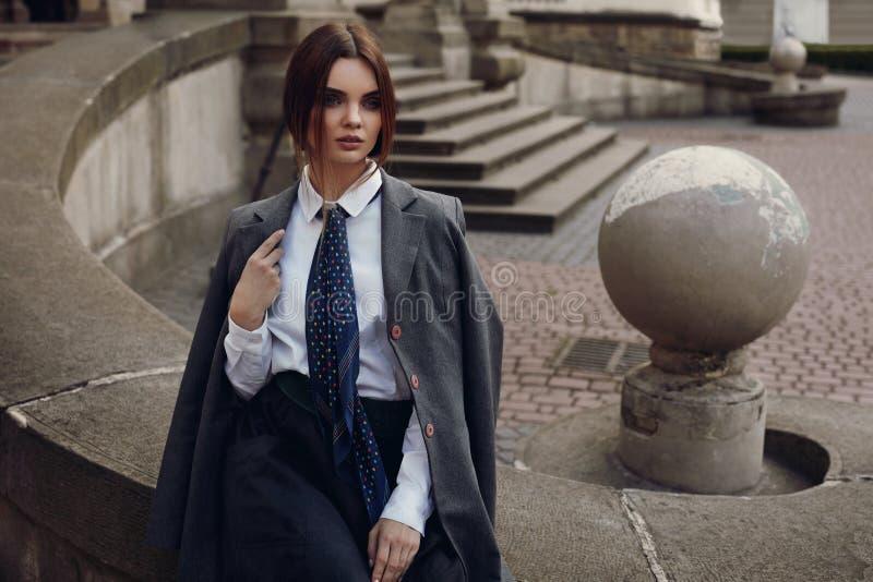 Красивая девушка моды в модной одежде представляя в улице стоковая фотография