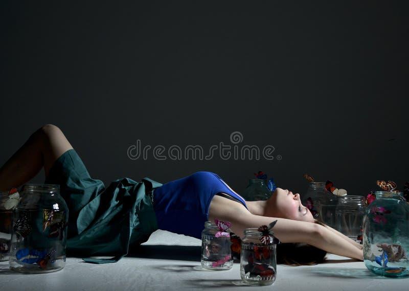 Красивая девушка моды с бабочками в ясных стеклянных чонсервных банках стоковое изображение rf