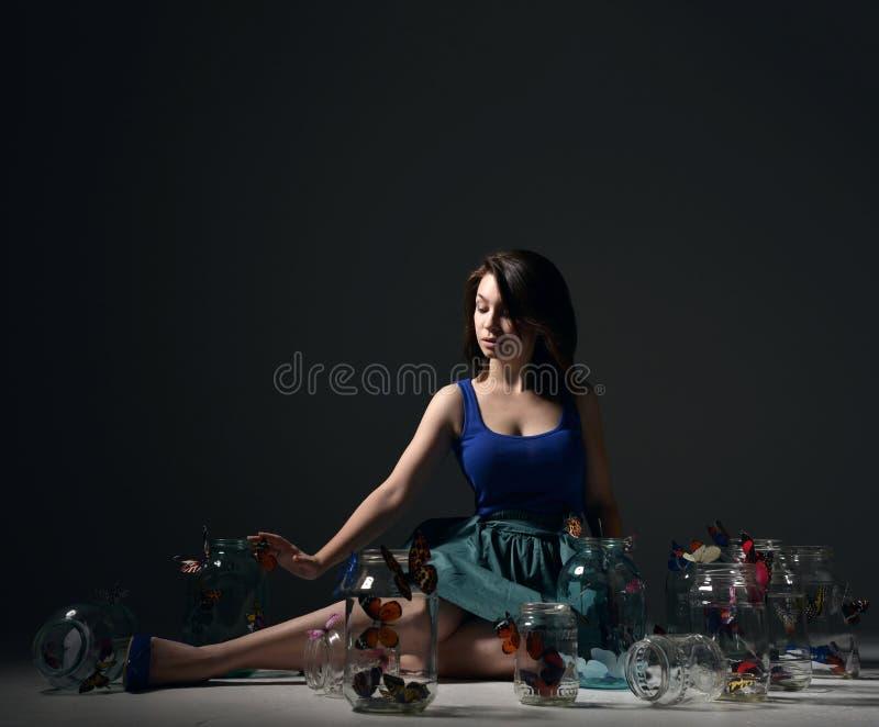 Красивая девушка моды с бабочками в ясных стеклянных чонсервных банках стоковые изображения rf