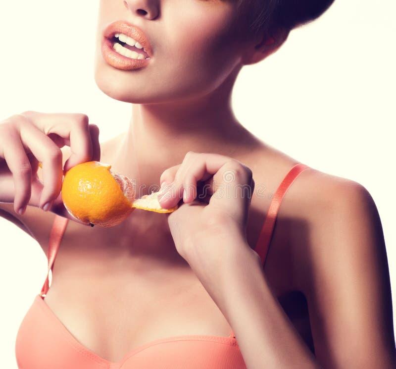 Красивая девушка моды с мандарином стоковая фотография