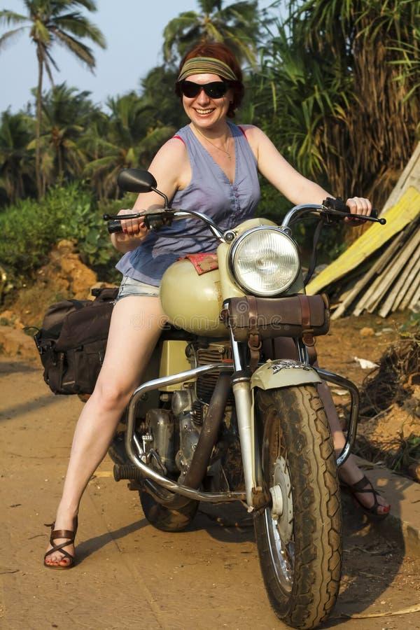 Красивая девушка на велосипеде стоковые фотографии rf