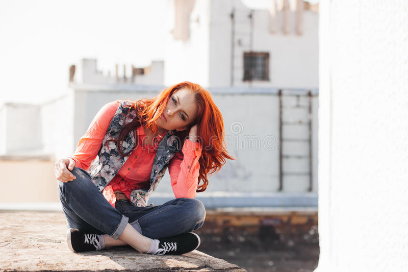 Красивая девушка на крыше стоковые фото