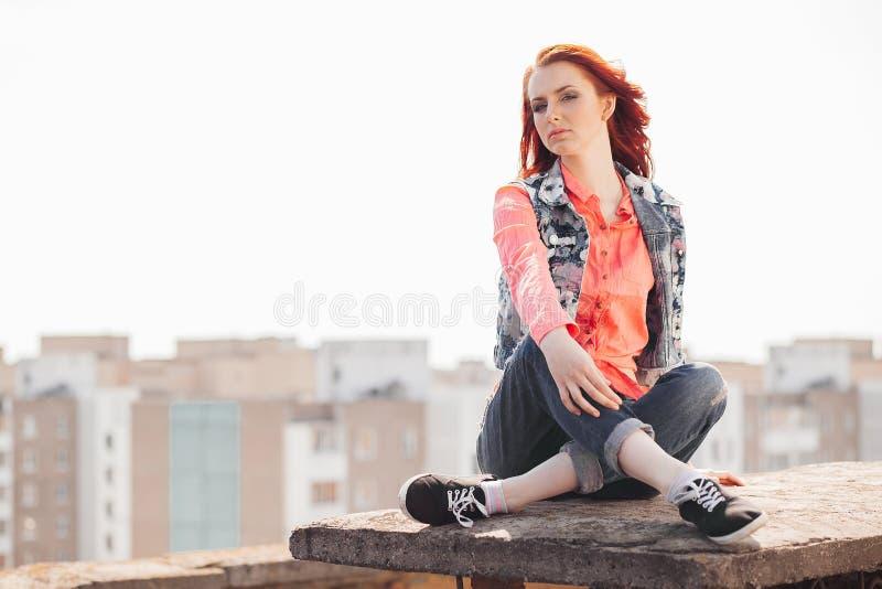 Красивая девушка на крыше стоковое фото rf