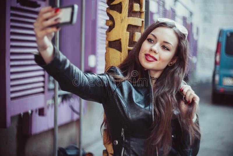 Красивая девушка на прогулке стоковые фотографии rf