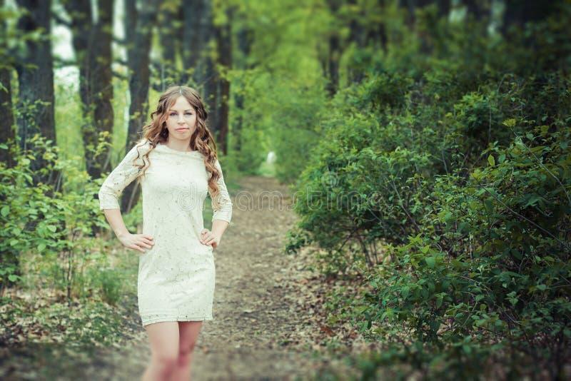 Красивая девушка на тропе стоковые изображения