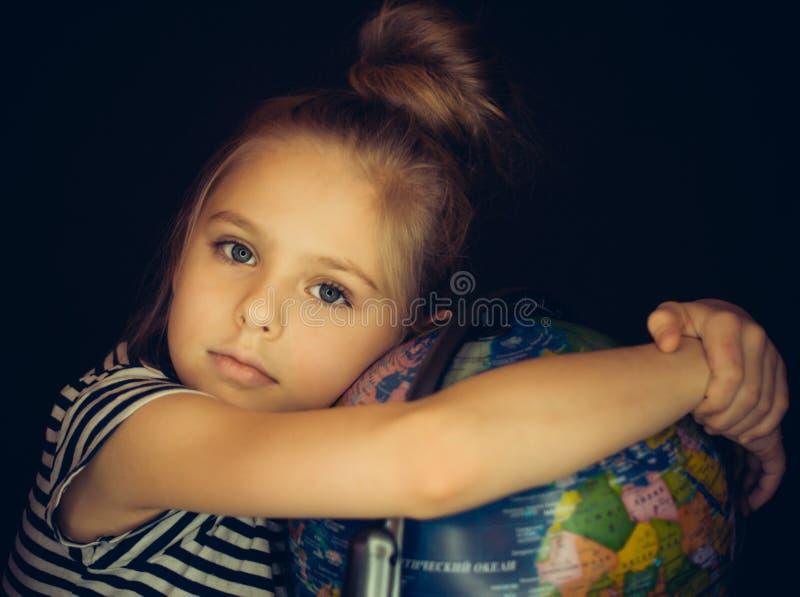 Красивая девушка обнимая глобус стоковая фотография rf