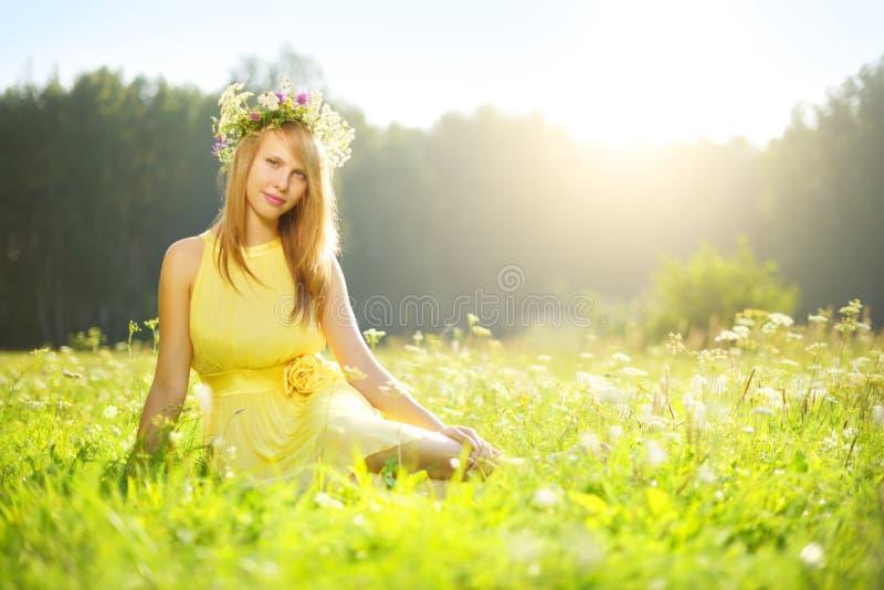 Download Красивая девушка ослабляя Outdoors Стоковое Изображение - изображение насчитывающей усмешка, парк: 33725033