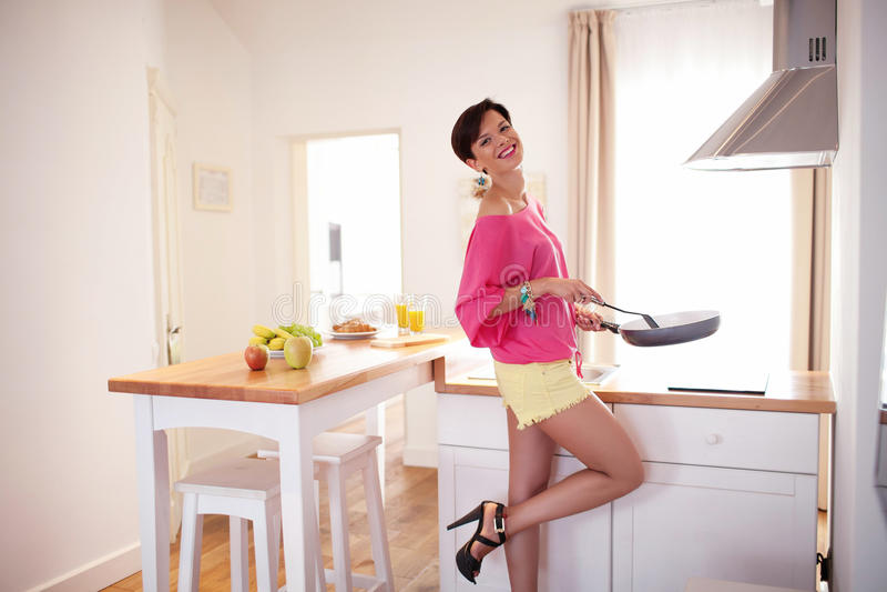 Красивая девушка подготавливает завтрак стоковые фотографии rf