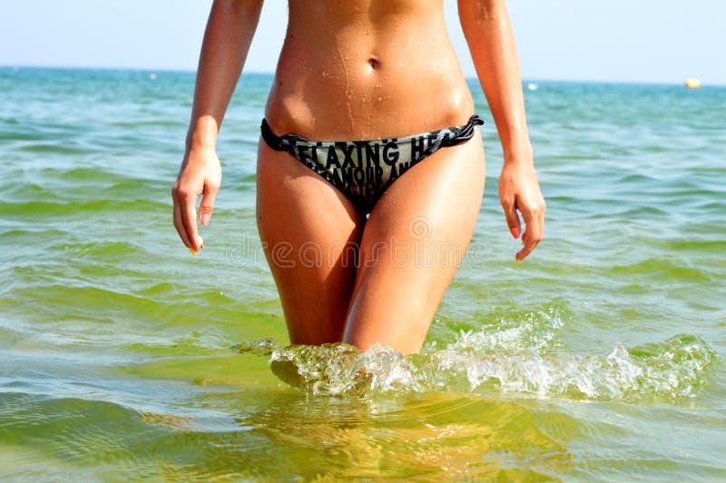 Красивая девушка приходя из воды стоковая фотография